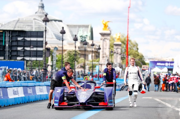Sam Bird (GBR), Envision Virgin Racing, Audi e-tron FE05 walks along side his csar