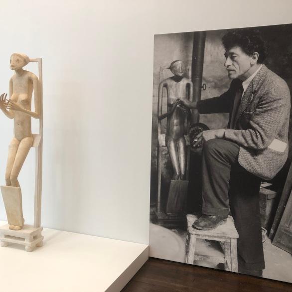 インスティチュート・ジャコメッティ / ジャコメッティと、『見えないオブジェ(1934-1935)』 ©Tomoko FREDERIX